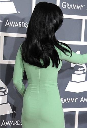 Toutes les courbes de Katy sont sublimés par cette robe signée Gucci.