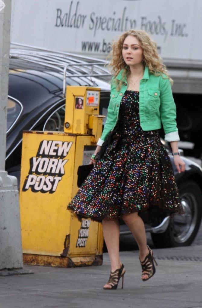 La même chevelure blonde et bouclée : pas de doute, c'est bien Carrie Bradshaw !
