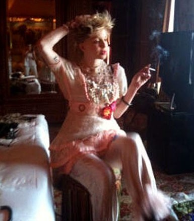 Courtney Love pour Never The Bride