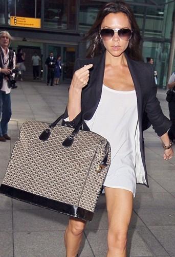 Si Victoria continue comme ça, on ne la verra plus derrière son sac !