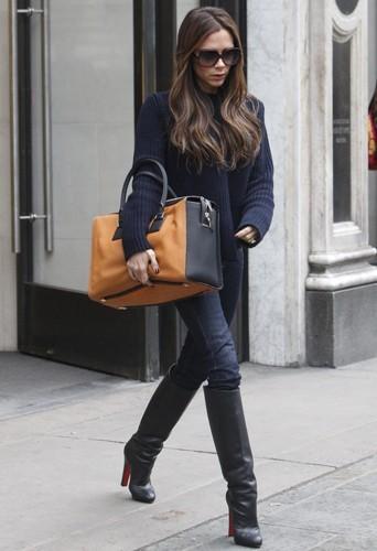 Victoria à New-York avec son maxi bag.