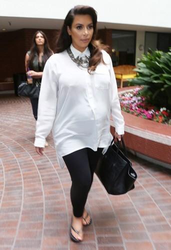 photos kim kardashian enceinte retour sur les looks souvent d cri s de sa premi re grossesse. Black Bedroom Furniture Sets. Home Design Ideas