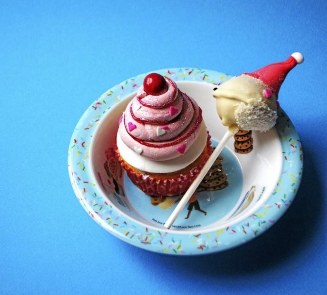 Cupcake, Chloe. S 3,50 € / Pop cake, Chloe. S 2,90 € / Assiette enfant Mouk, Petit Jour Paris 6,50 €