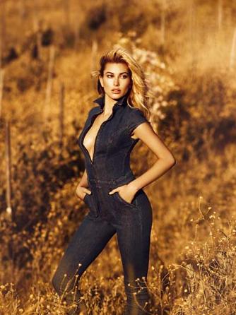 Hailey Baldwin : Egérie envoutante pour la nouvelle campagne Guess Jeans !