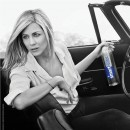 Jennifer Aniston pose pour Smartwater !