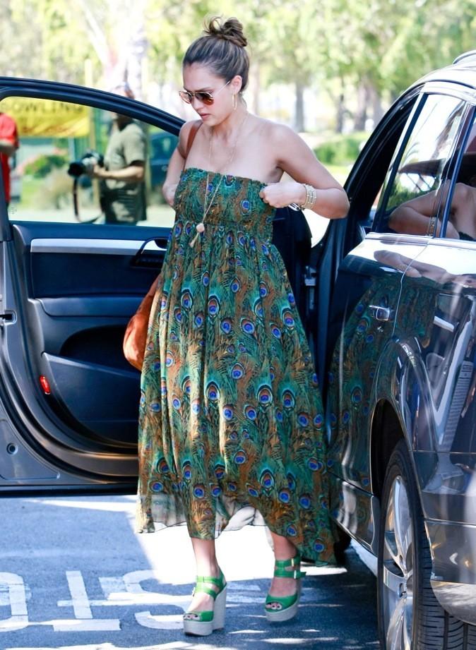 Talons compensés verts assortis à sa robe !