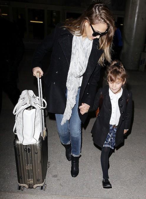 Jessica Alba porte son nouveau foulard Zadig & Voltaire à l'aéroport Charles de Gaulle