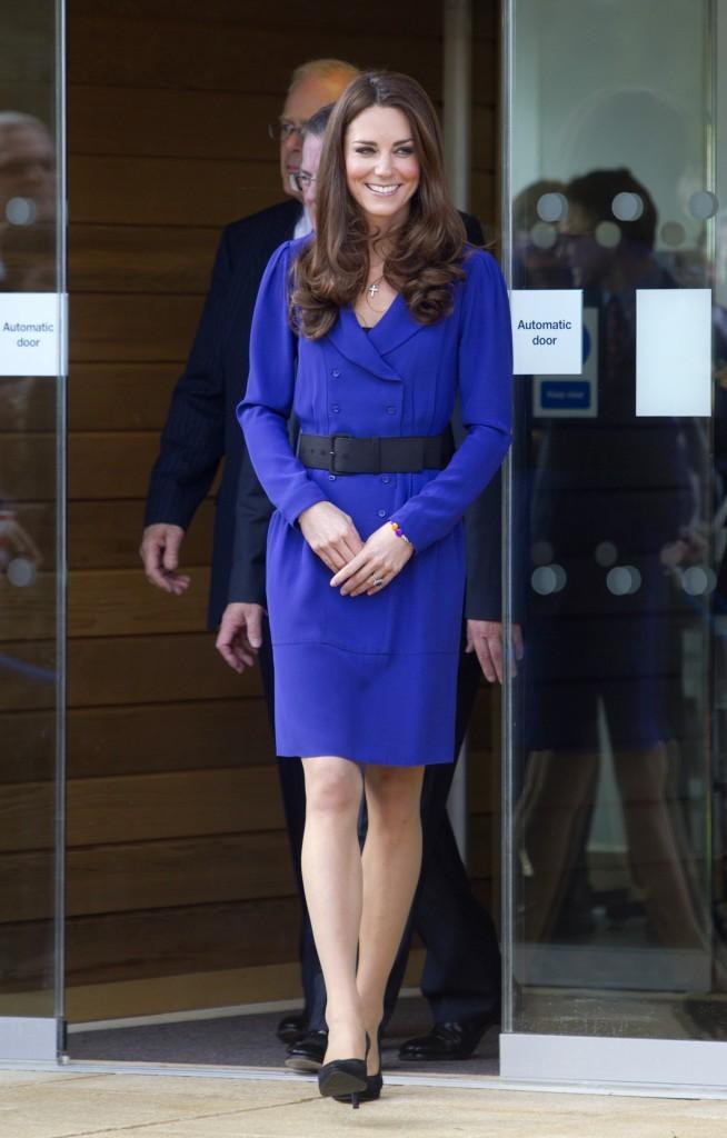 Magnifique dans sa robe bleu électrique