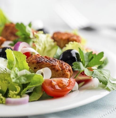 Salade de poulet grillé ou un hamburger de dinde avec des légumes vapeur