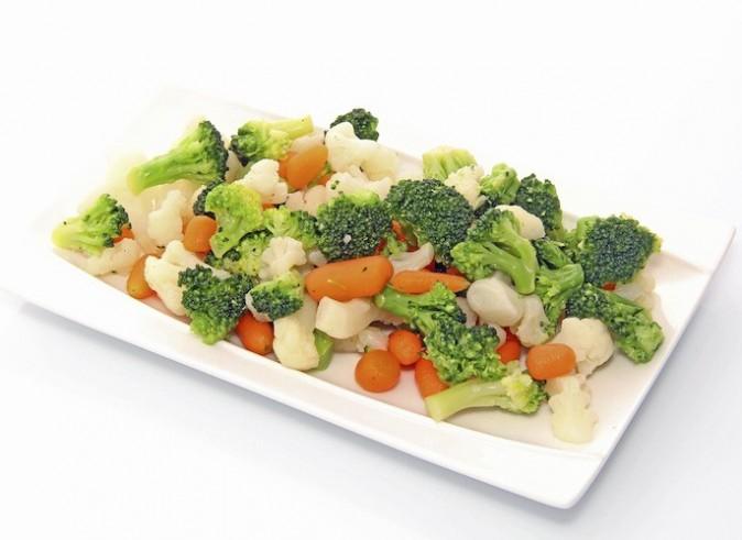 Viande accompagnée de riz complet et de légumes vapeur