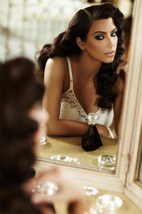 Kim Kardashian pose pour son nouveau parfum True Reflection
