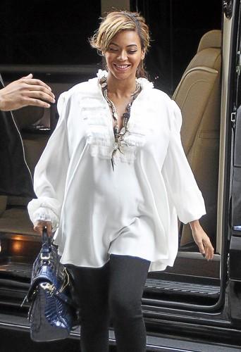 Beyoncé reste chic tout en étant à l'aise dans sa blouse fluide.