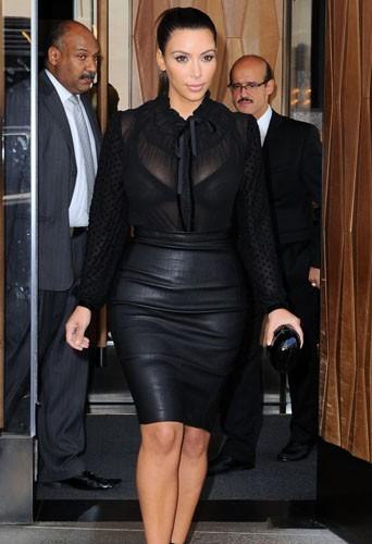 Jupe en cuir et Haut transparent, il ne faut pas abuser Kim !