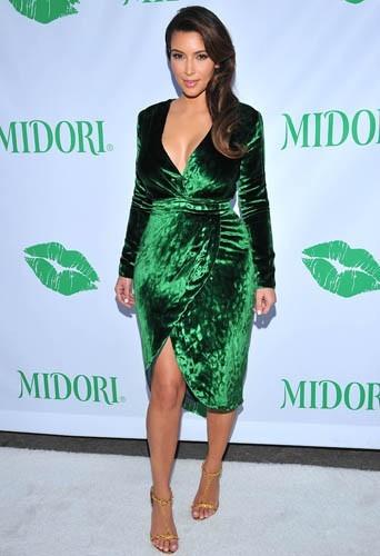 Une robe verte au décolleté plongeant, Kim n'a peur de rien