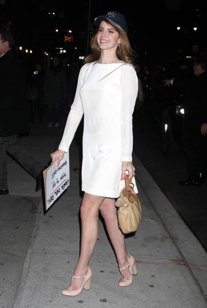 Lana n'hésite pas à mélanger le chic au sportswear pour un look original !