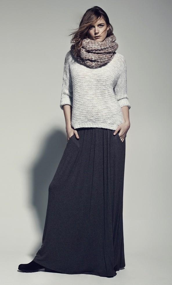 Jupe longue en mousseline avec un gros pull en laine : on aime !