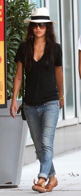 Jessica Szohr mérite qu'on lui tire notre chapeau avec ce look des plus réussis !