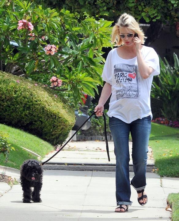 Quand January Jones ne tourne pas, elle promène entre autres son chien...