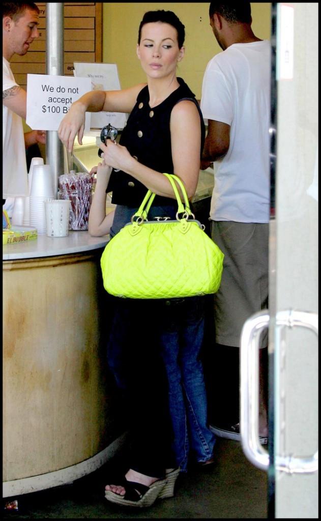 Le sac à main jaune fluo de Kate Beckinsale !
