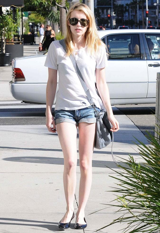 Le look tee-shirt blanc + short en jean d'Emma Roberts le 04 avril 2011