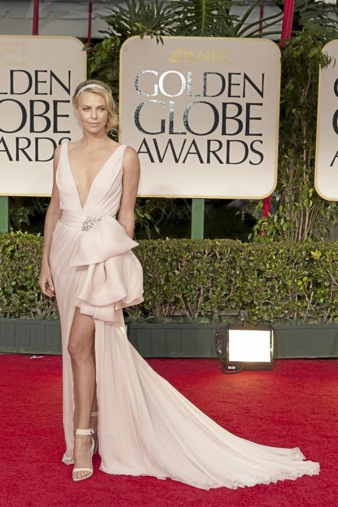 Charlize Theron est exceptionnelle dans cette robe rose poudrée !