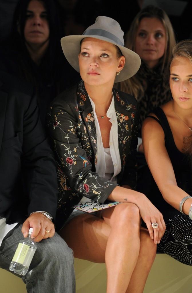 Look de star : le chapeau en feutre tendance glam de Kate Moss