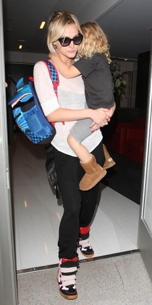 Ashlee Simpson et son fils Bronx à LAX en août 2012