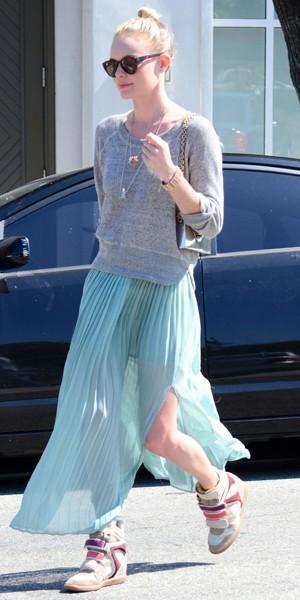 Kate Bosworth en avril 2012. Elle porte ses sneakers avec un long jupon bleu. Risqué, mais on adore !