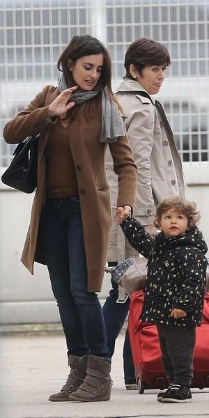 Penelope Cruz et son fils Leo à l'aéroport du Bourget en octobre 2012