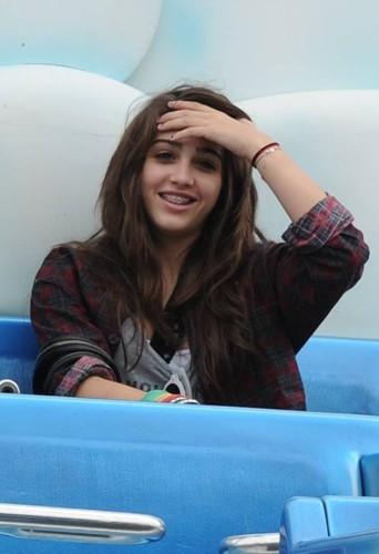 Lourdes la fille de Madonna quand elle sourit on voit ses bagues !