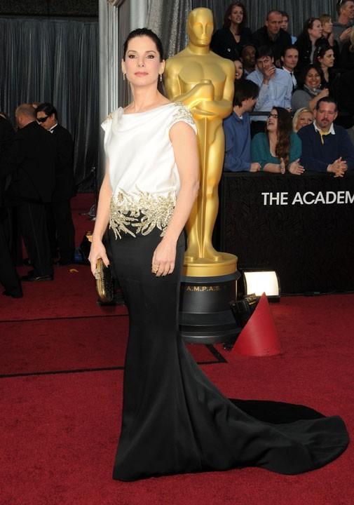 Sandra Bullock en 2012 dans une création Marchesa noire et blanche ornée de motifs dorés