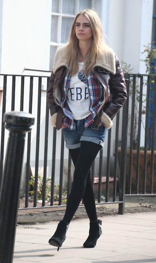 Cara Delevingne, jamais sans son T-Shirt imprimé à message