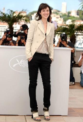 Un look féminin et chic sans se prendre la tête. Ça c'est du Charlotte Gainsbourg tout craché !