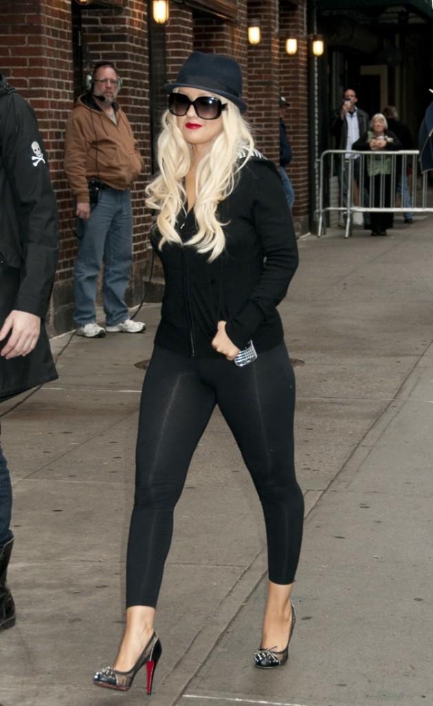 Toute de noir vêtue, elle arrive sur le plateau du David Letterman Show