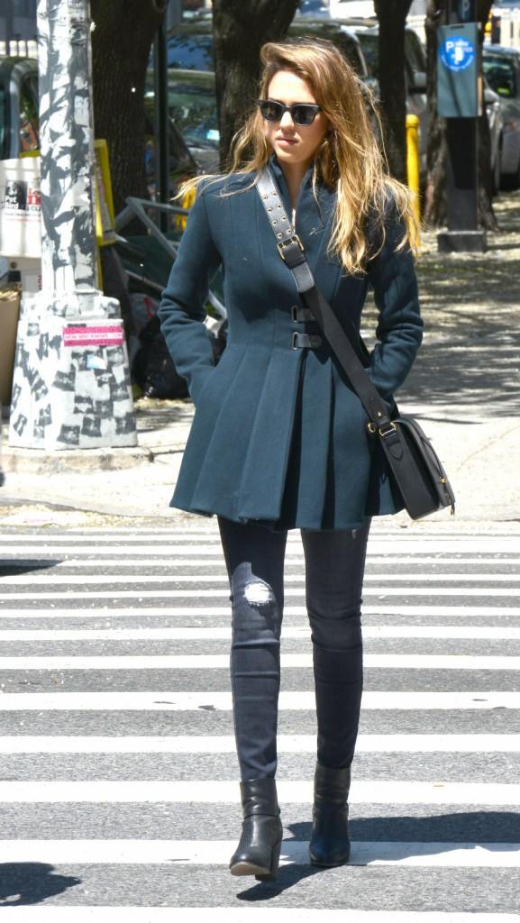 Looks de star: focus sur l'impressionante collection de jeans slim de Jessica Alba !