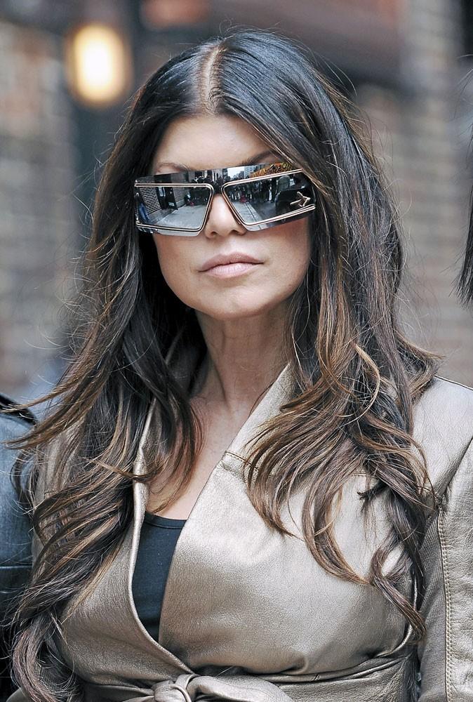 Looks de stars : Fergie se croit dans la 4e dimension avec ses lunettes de soleil futuristes