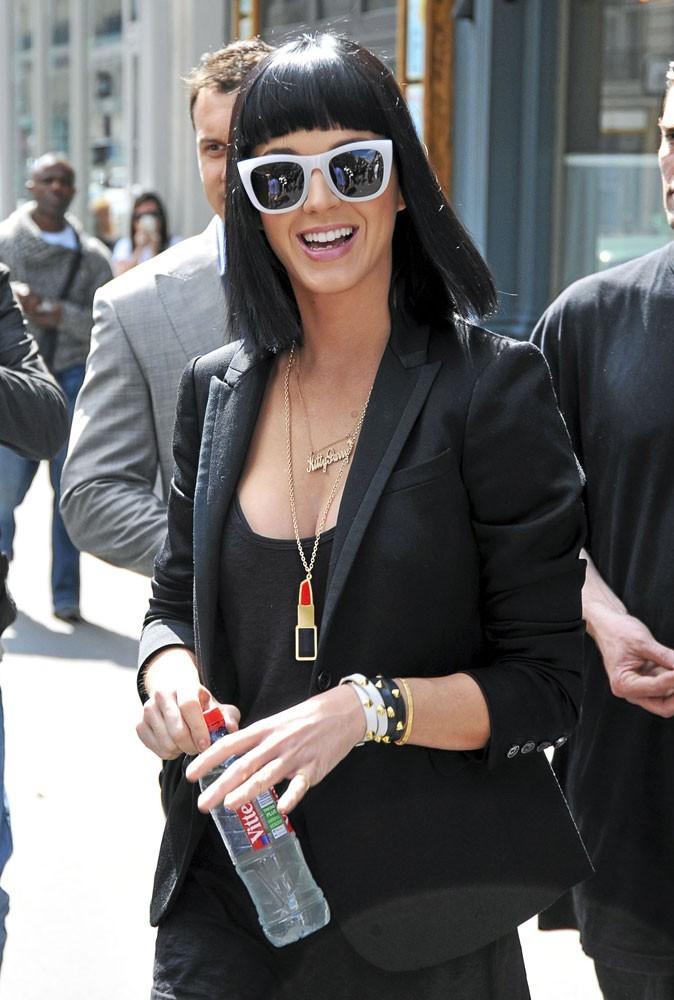 Looks de stars : Katy Perry a bloqué sur les lunettes à montures blanches !