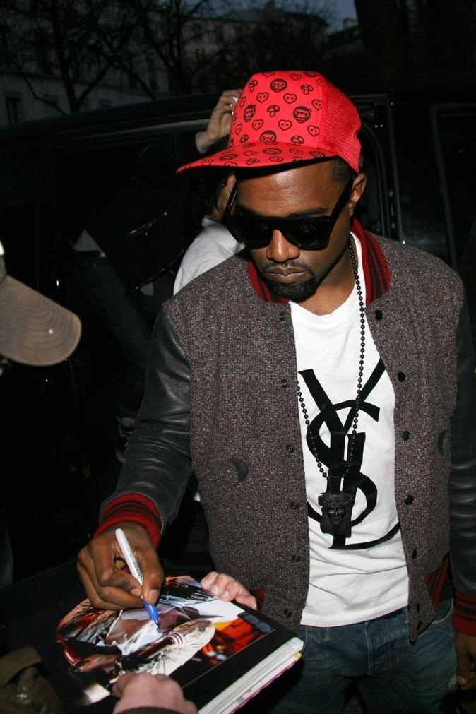 Kanye West, bling-bling à mort avec son t-shirt YSL.
