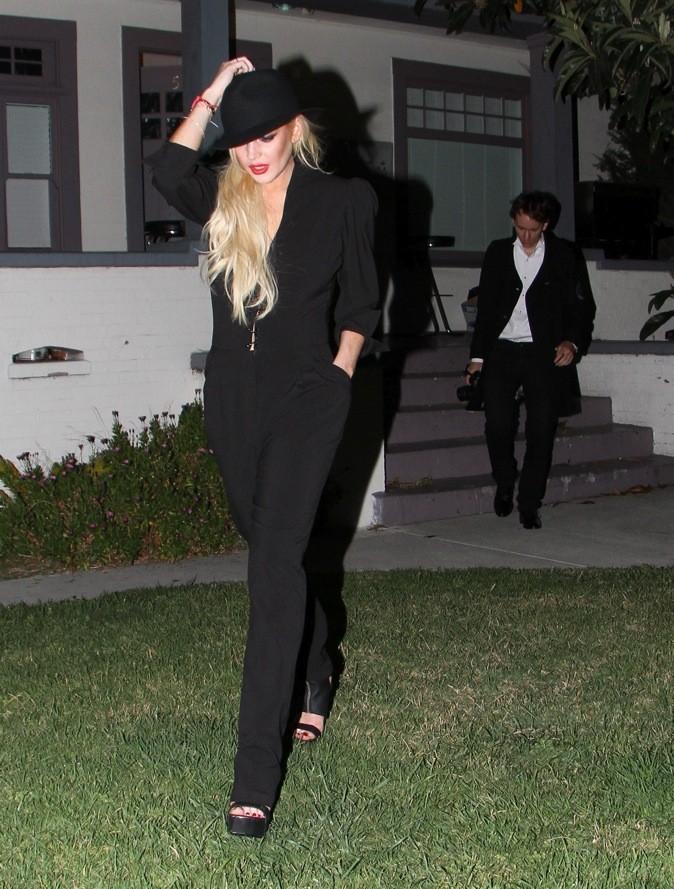 Lindsay Lohan: chic en combi noir au décolleté discret et borsalino