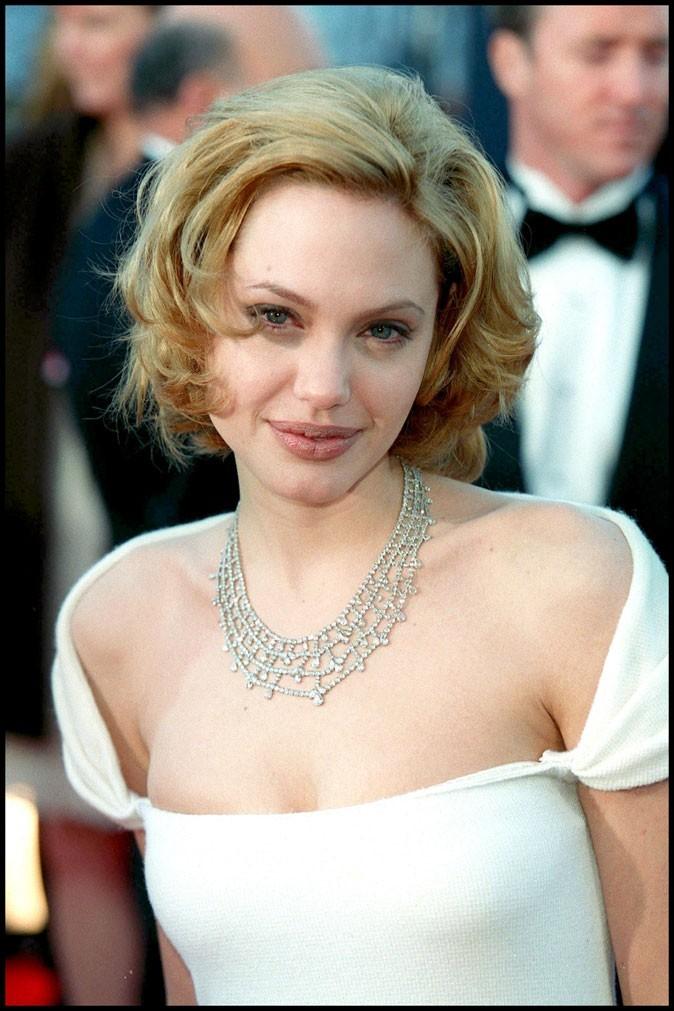 Angelina Jolie blonde, un choc !