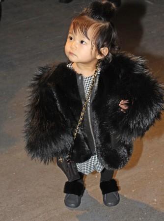 Aila Wang, en fourrure et sac Chanel