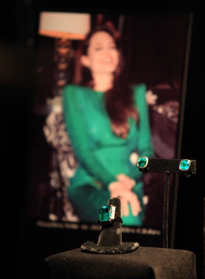Angelina Jolie portait ce collier pour la première de Salt !