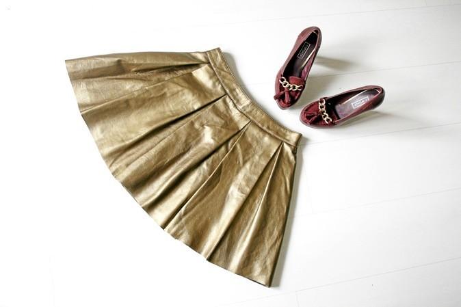 Jupe plissée en cuir doré, Comptoir des Cotonniers, 210€ - Escarpins chaîne dorée, Topshop, 65€