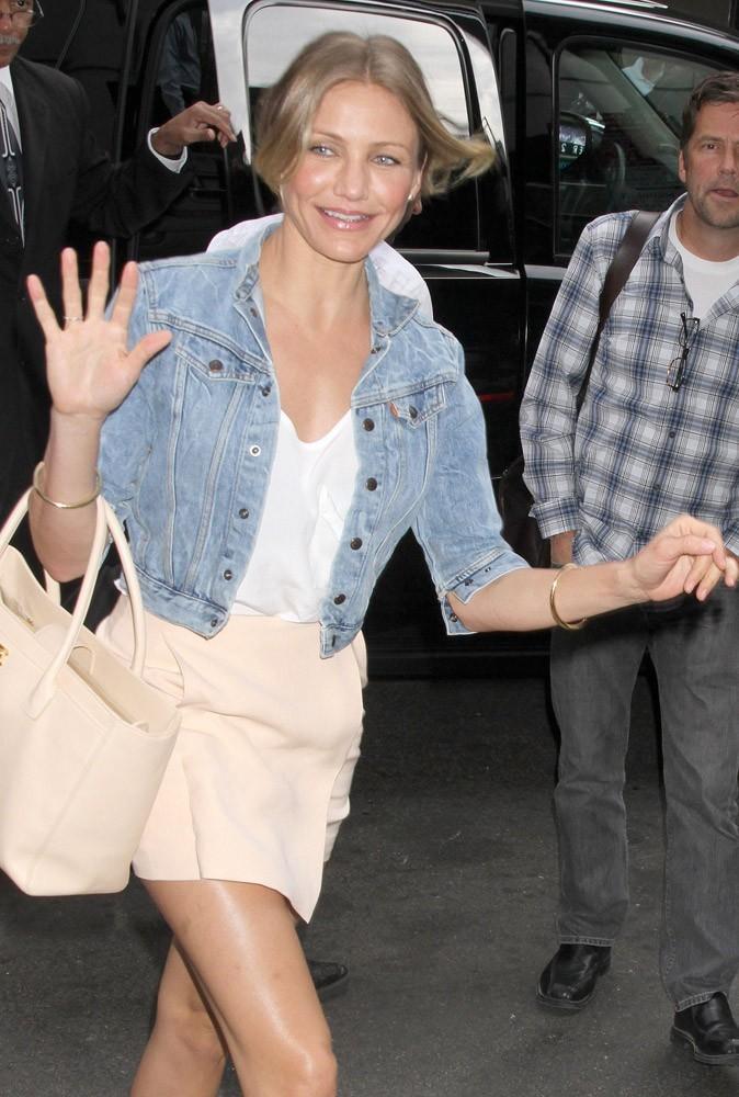 Tenue n°2 de Cameron Diaz le 20 juin 2011 : on conserve la mini jupe nude que l'on assortit à une veste en jean casual