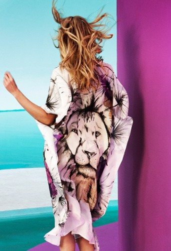 Candice Swanepoel en mode army pour a campagne Agua Bendita