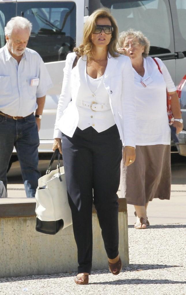 Août 2010 : Valérie Trierweiler en veste blanche et pantalon bleu marine