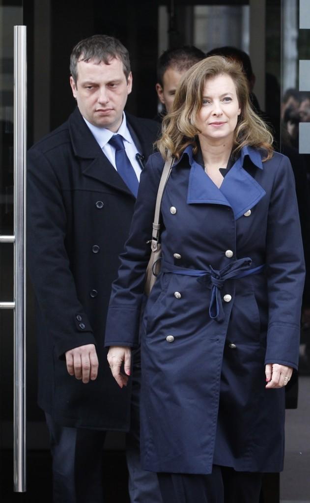 Avril 2012 : Valérie Trierweiler en trench-coat bleu marine