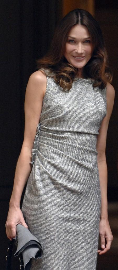 Juin 2010 :Carla Bruni-Sarkozy en petite robe grise