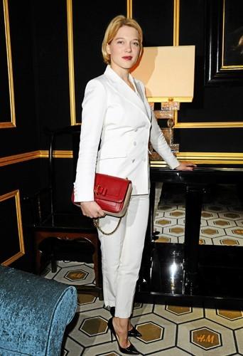 Léa Seydoux son sac ? C'est à la main qu'elle le porte !