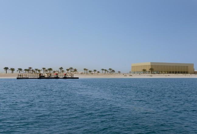L'île au large de Dubaï où se déroule le défilé dans un décor inspiré des Mille et une nuits !